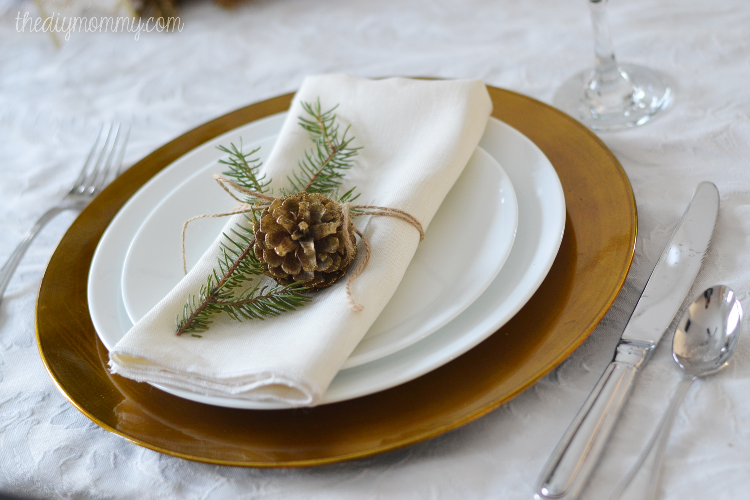 Simple-Gold-Christmas-Table-by-The-DIY-Mommy-3
